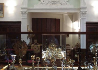 Vitrinas con objetos de culto 4