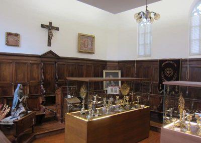 Vitrinas con objetos de culto 5