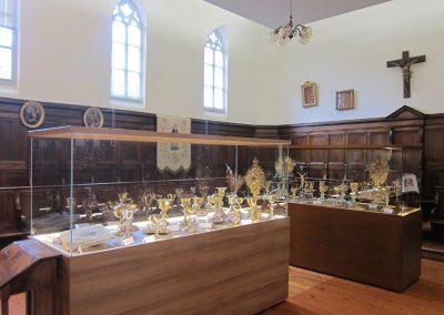 Vitrinas con objetos de culto 1