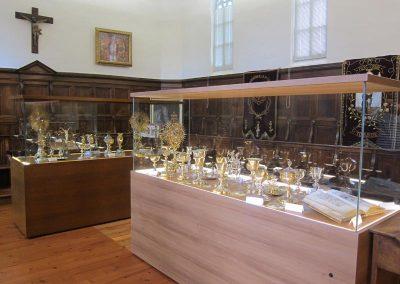 Vitrinas con objetos de culto 2